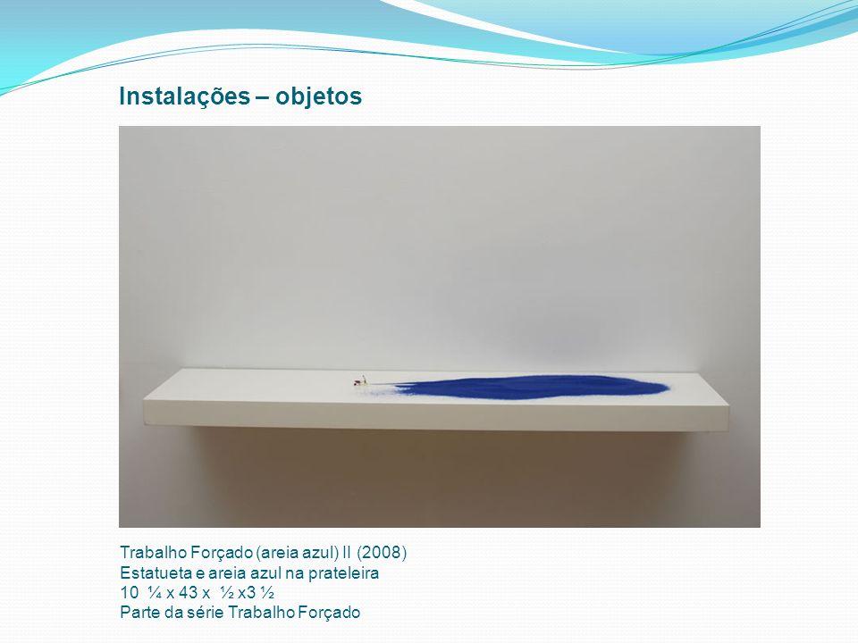 Instalações – objetos Trabalho Forçado (areia azul) II (2008) Estatueta e areia azul na prateleira 10 ¼ x 43 x ½ x3 ½ Parte da série Trabalho Forçado