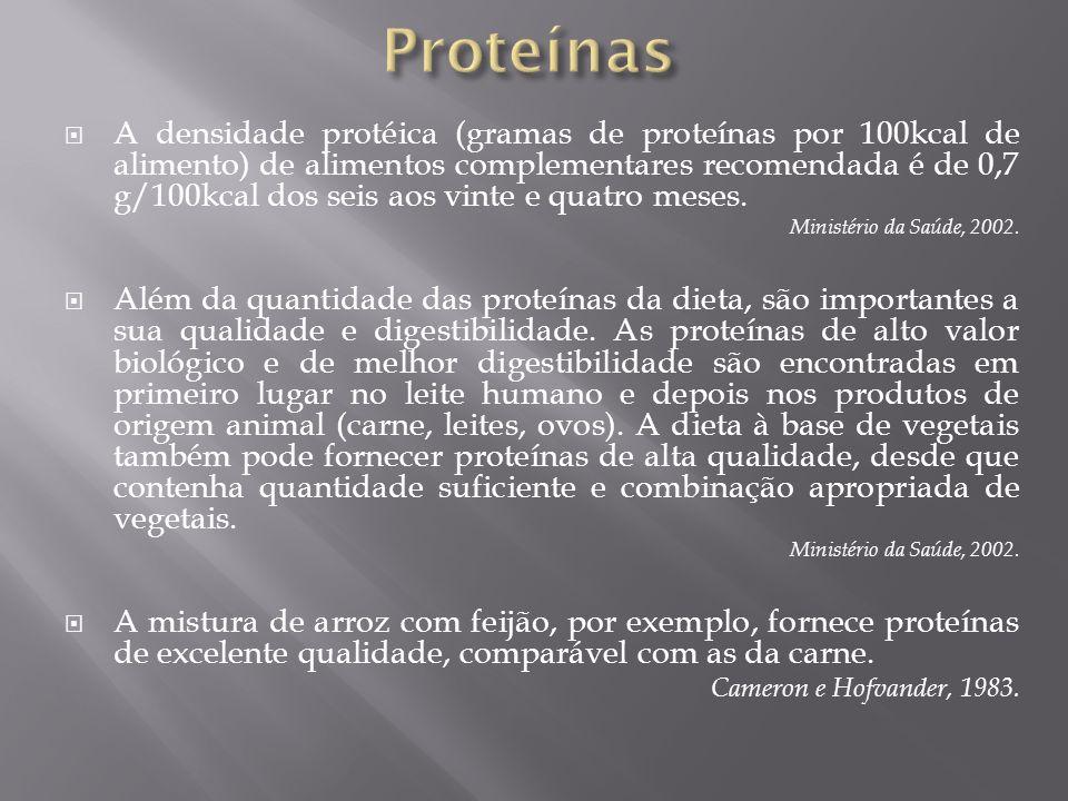 A densidade protéica (gramas de proteínas por 100kcal de alimento) de alimentos complementares recomendada é de 0,7 g/100kcal dos seis aos vinte e qua