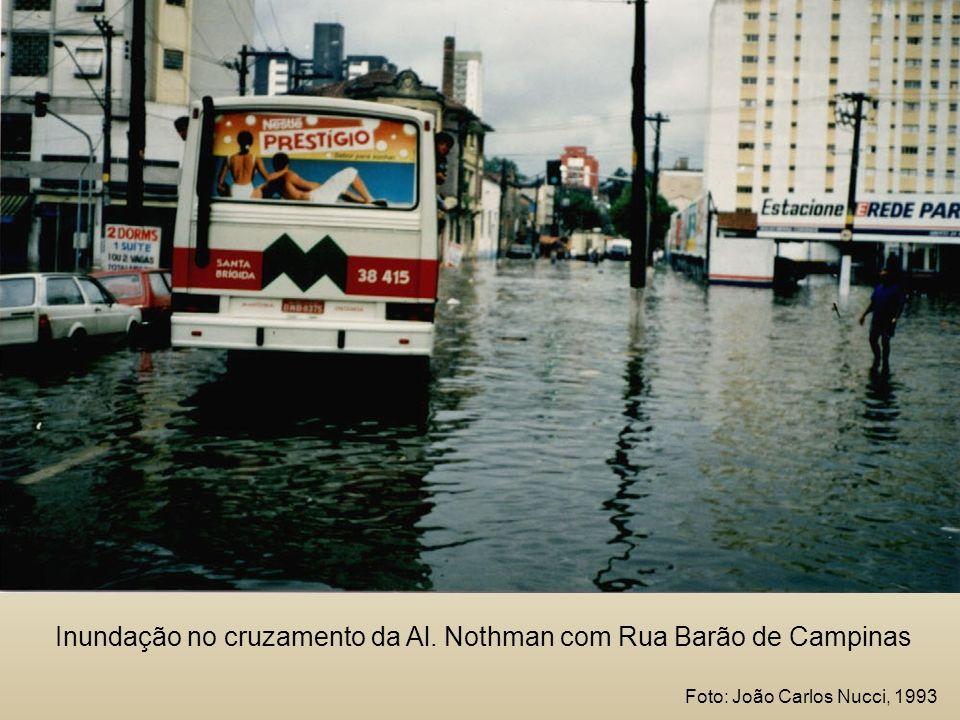 Inundação no cruzamento da Al. Nothman com Rua Barão de Campinas Foto: João Carlos Nucci, 1993