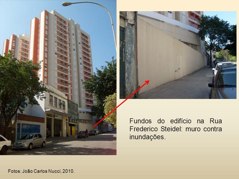 Fundos do edifício na Rua Frederico Steidel: muro contra inundações.