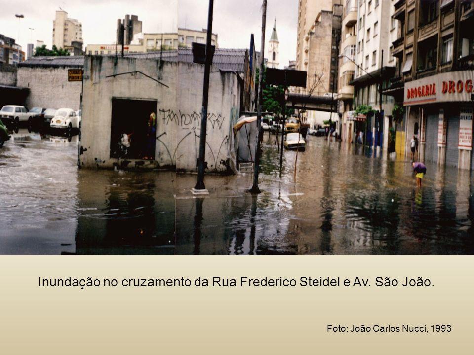Inundação no cruzamento da Rua Frederico Steidel e Av. São João. Foto: João Carlos Nucci, 1993