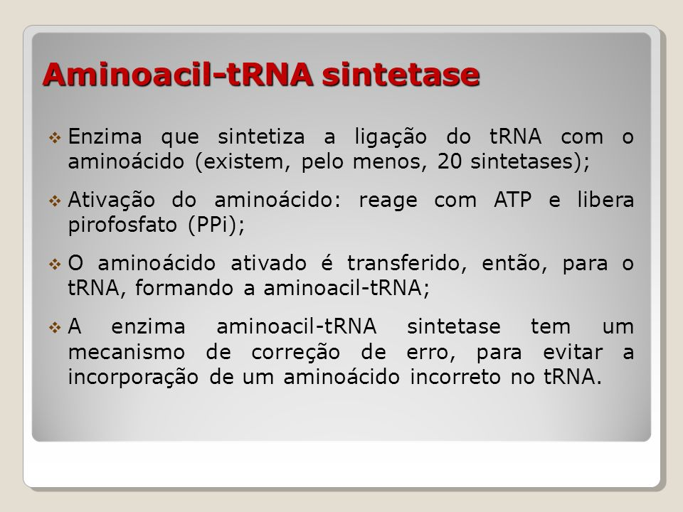Alongamento Os aminoácidos são adicionados isoladamente, devendo ocorrer o processo de forma cíclica; Dessa forma, sempre o aminoacil-tRNA a ser incorporado estará no sítio A e o peptídeo localizado no sítio P; peptidil-transferase O peptídeo ligado no sítio P é transferido para o aminoacil- tRNA do sítio A pela peptidil-transferase, localizada na subunidade maior do ribossomo (50S ou 60S); O tRNA fica sem aminoácido ligado no sítio P e o peptidil- tRNA no sítio A.