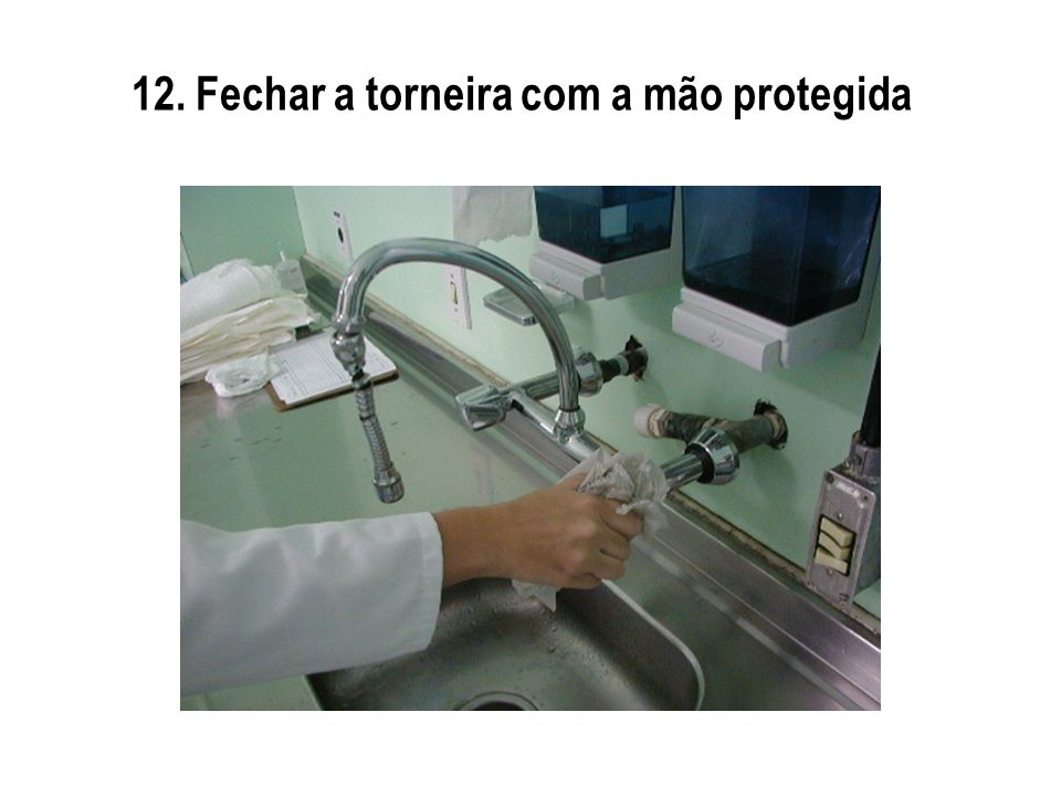 12. Fechar a torneira com a mão protegida