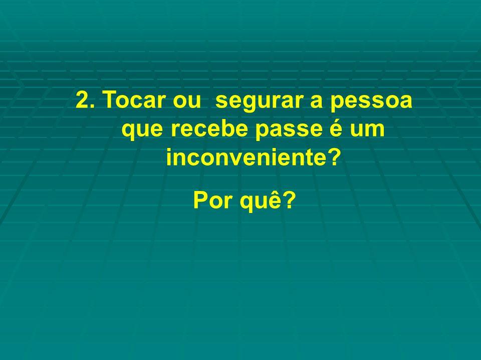 2. Tocar ou segurar a pessoa que recebe passe é um inconveniente? Por quê?
