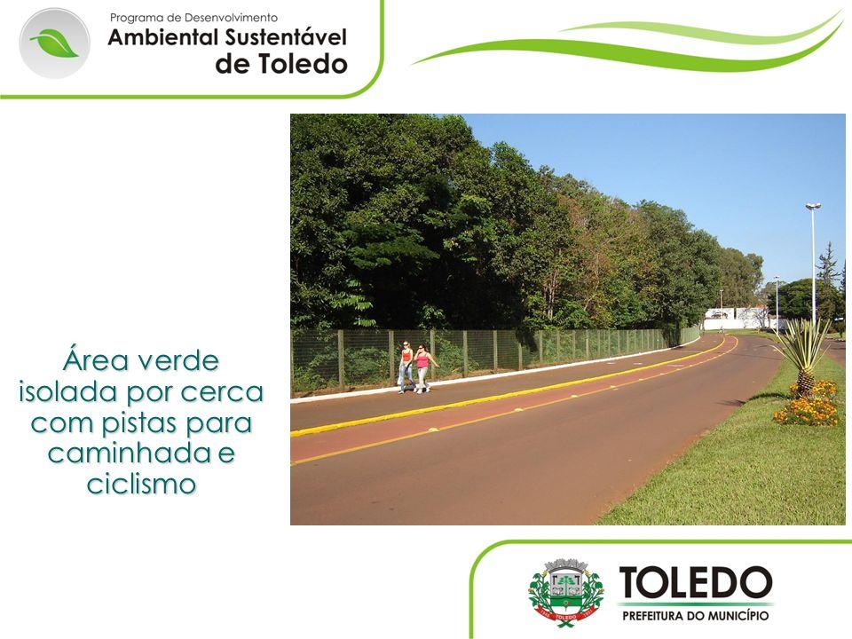 Área verde isolada por cerca com pistas para caminhada e ciclismo