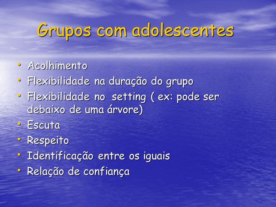 Grupos com adolescentes Grupos com adolescentes Acolhimento Acolhimento Flexibilidade na duração do grupo Flexibilidade na duração do grupo Flexibilid