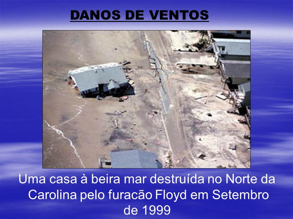 DANOS DE VENTOS Uma casa à beira mar destruída no Norte da Carolina pelo furacão Floyd em Setembro de 1999