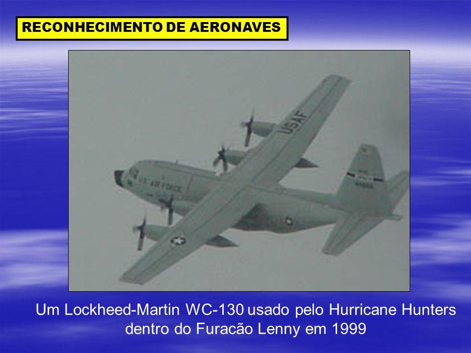 RECONHECIMENTO DE AERONAVES Um Lockheed-Martin WC-130 usado pelo Hurricane Hunters dentro do Furacão Lenny em 1999