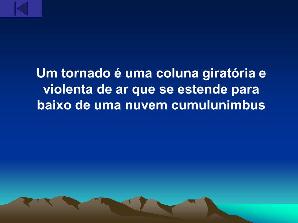 Um tornado é uma coluna giratória e violenta de ar que se estende para baixo de uma nuvem cumulunimbus