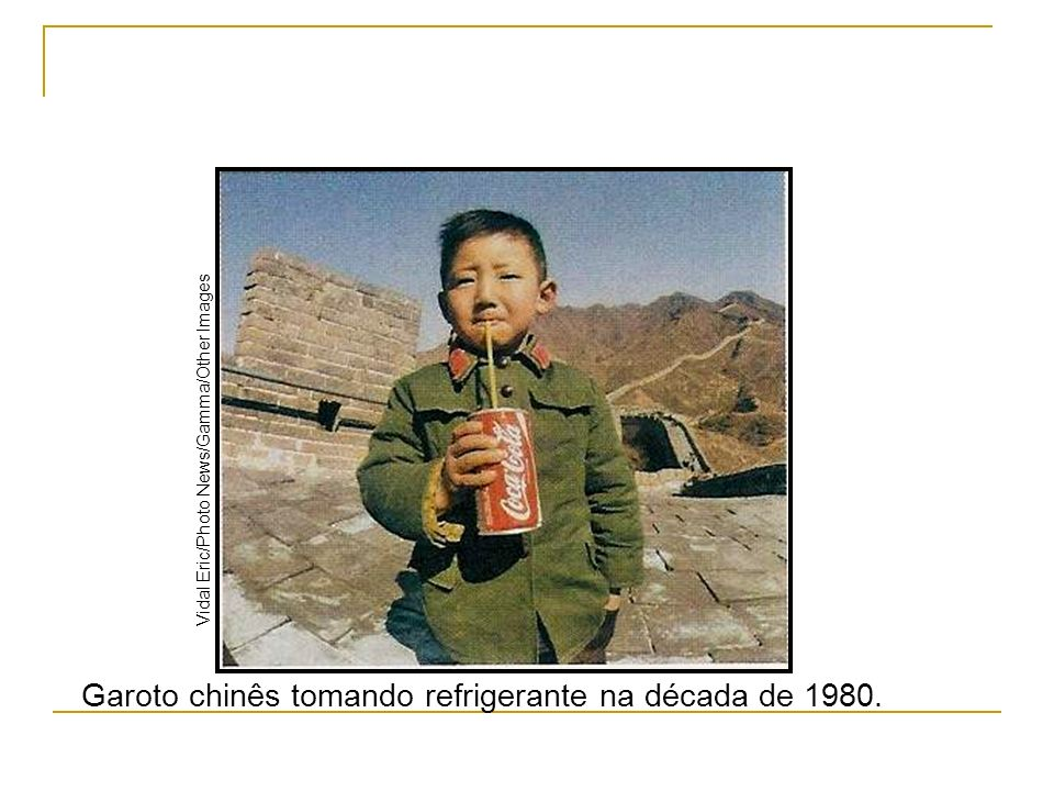 Garoto chinês tomando refrigerante na década de 1980. Vidal Eric/Photo News/Gamma/Other Images