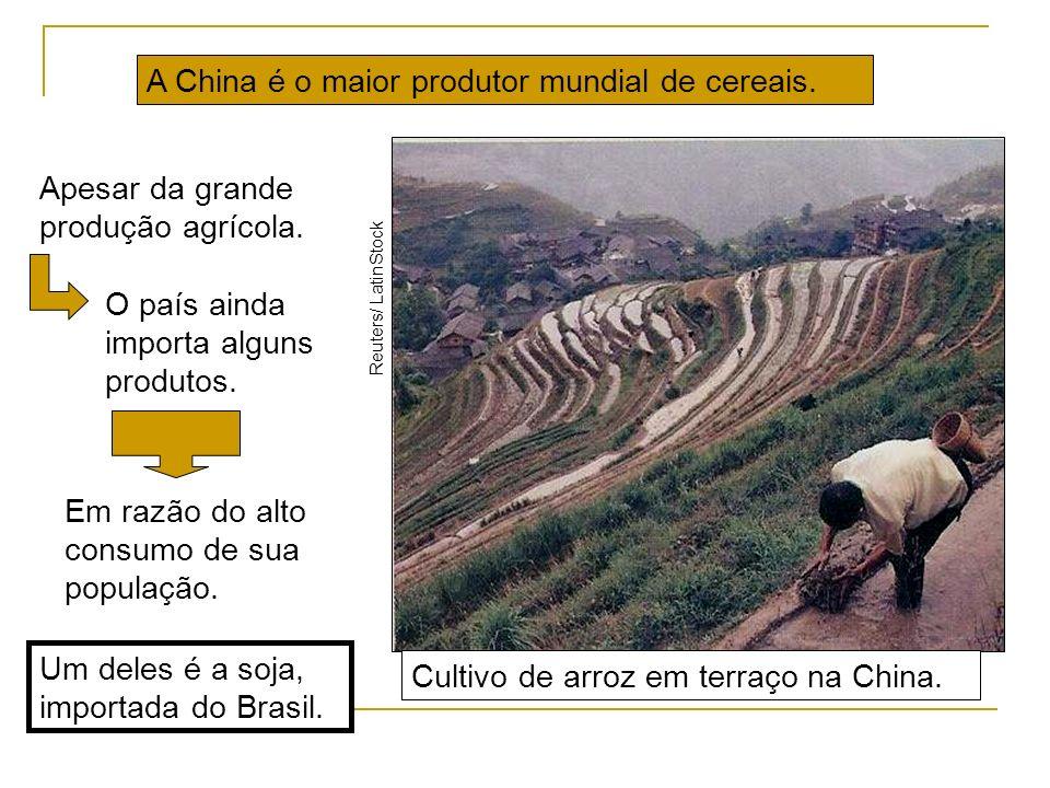 Cultivo de arroz em terraço na China. Reuters/ LatinStock Um deles é a soja, importada do Brasil. A China é o maior produtor mundial de cereais. Apesa