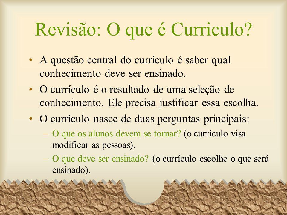 A questão central do currículo é saber qual conhecimento deve ser ensinado. O currículo é o resultado de uma seleção de conhecimento. Ele precisa just