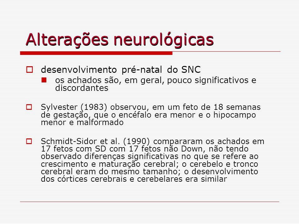 Epilepsia manifestações epilépticas ocorrem em 6,4% dos indivíduos com SD (Stafstrom et al., 1991); este número é superior ao observado na população geral, mas é inferior ao encontrado em outras condições que cursam com deficiência mental (20% a 50%) quanto à idade de início, há 2 picos de incidência maior, sendo um na infância e outro na idade adulta mais avançada, quando se associam com o início da demência tipo-Alzheimer (Pueschel et al., 1991)
