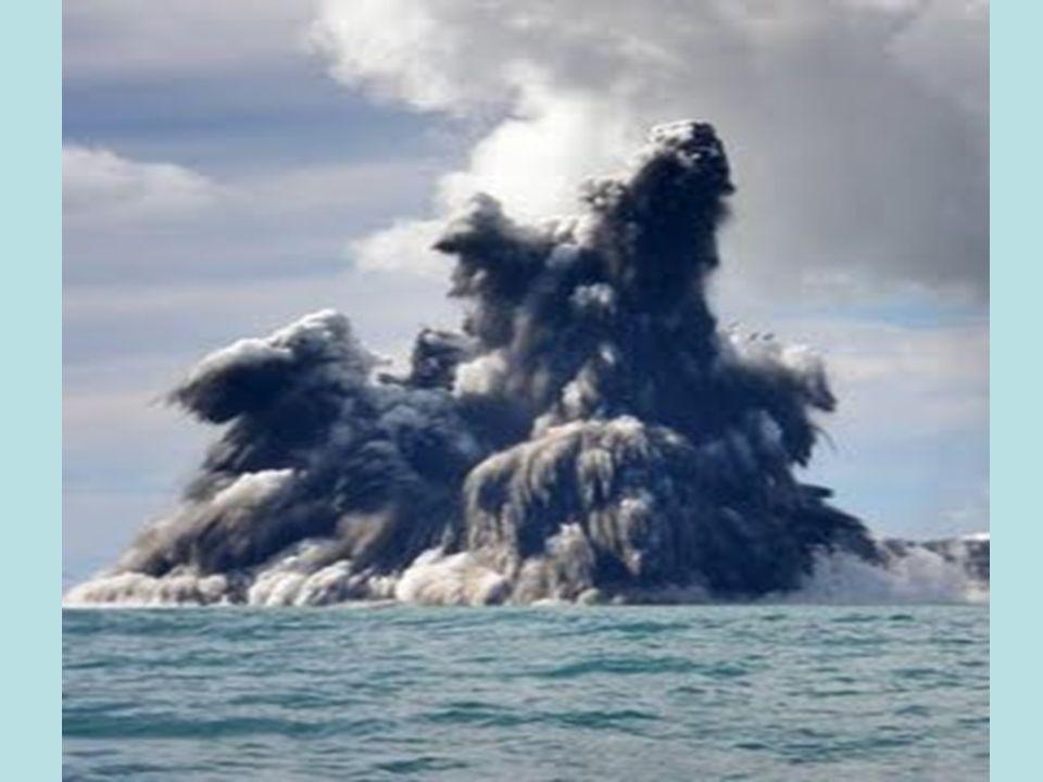 A lava do vulcão ao entrar em contato com a água ou o ar da atmosfera irá se resfriar e, com isso, endurecer (solidificar) formando novas rochas (rochas vulcânicas).
