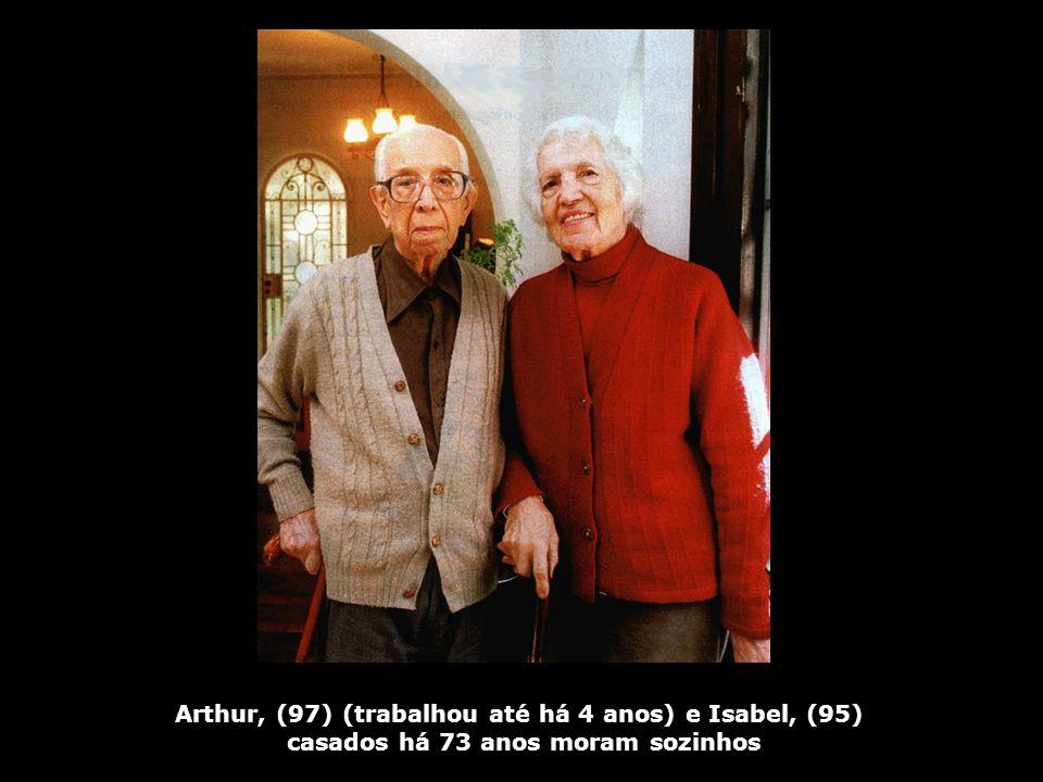 Arthur, (97) (trabalhou até há 4 anos) e Isabel, (95) casados há 73 anos moram sozinhos