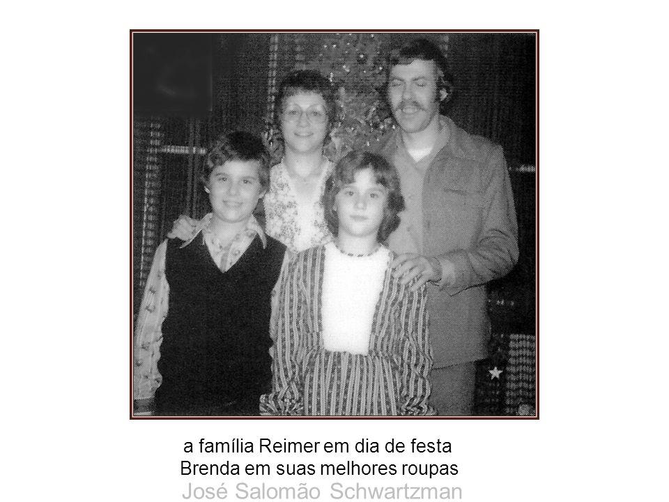 a família Reimer em dia de festa Brenda em suas melhores roupas José Salomão Schwartzman