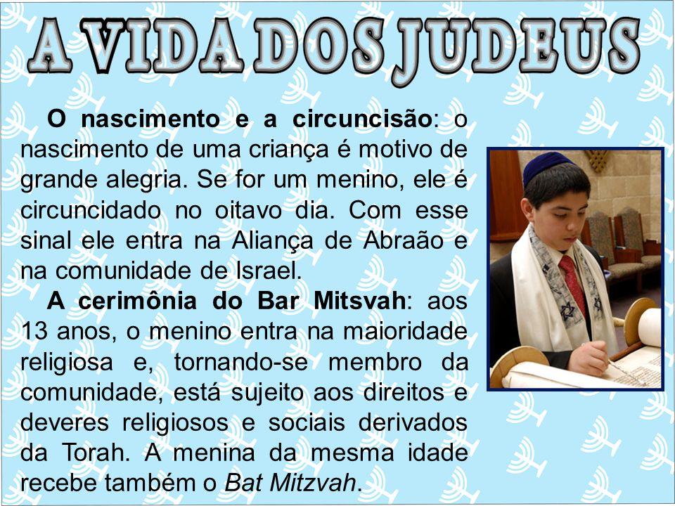 O nascimento e a circuncisão: o nascimento de uma criança é motivo de grande alegria. Se for um menino, ele é circuncidado no oitavo dia. Com esse sin