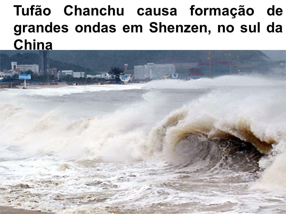 Tufão Chanchu causa formação de grandes ondas em Shenzen, no sul da China