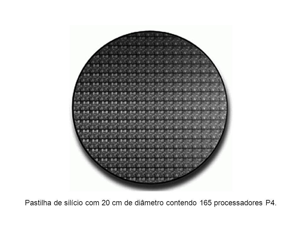Pastilha de silício com 20 cm de diâmetro contendo 165 processadores P4.