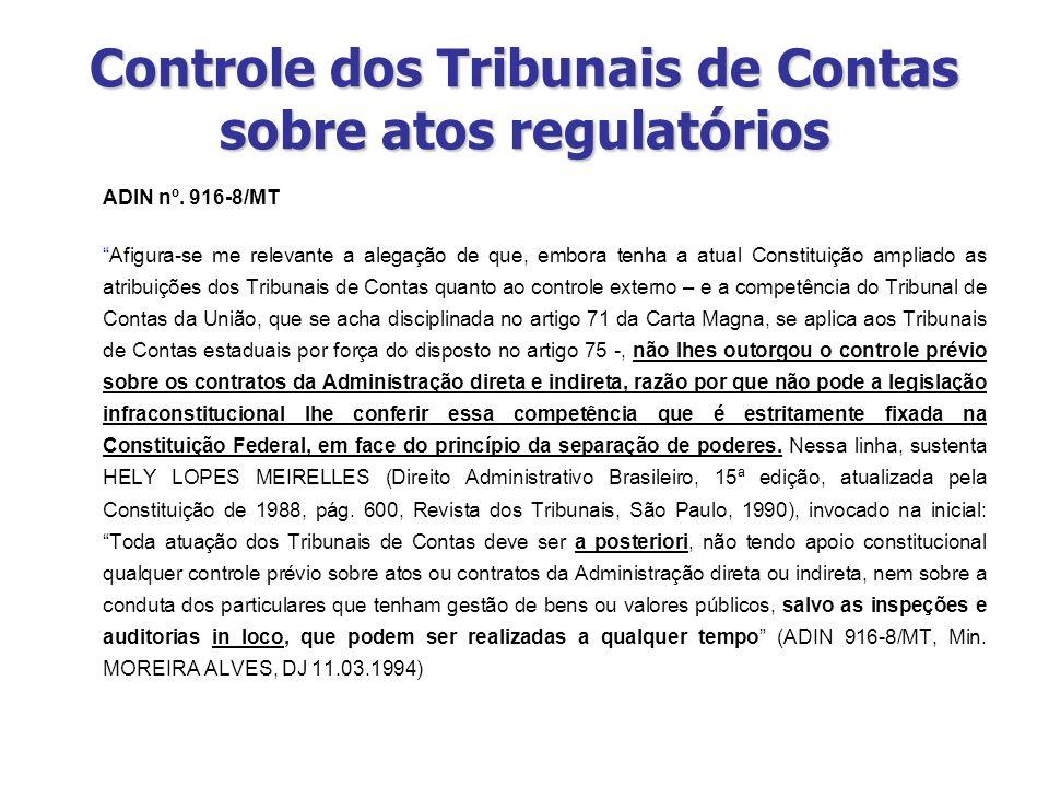 Controle dos Tribunais de Contas sobre atos regulatórios ADIN nº. 916-8/MT Afigura-se me relevante a alegação de que, embora tenha a atual Constituiçã