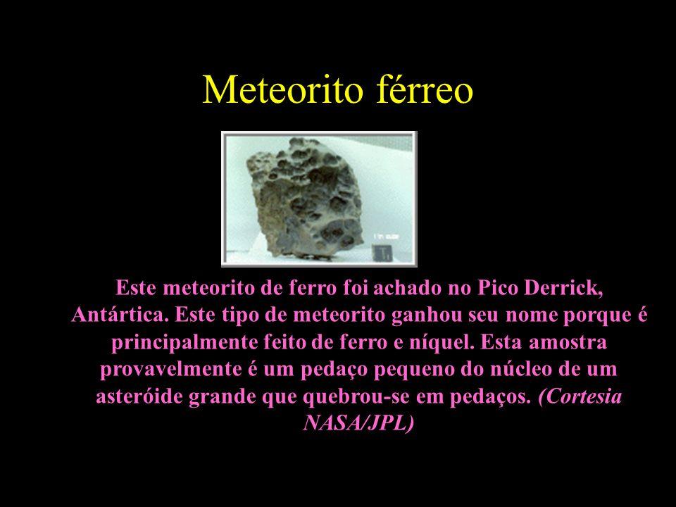 Meteorito férreo Este meteorito de ferro foi achado no Pico Derrick, Antártica. Este tipo de meteorito ganhou seu nome porque é principalmente feito d