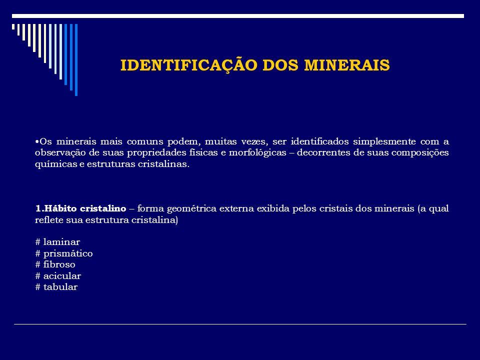 IDENTIFICAÇÃO DOS MINERAIS Os minerais mais comuns podem, muitas vezes, ser identificados simplesmente com a observação de suas propriedades físicas e