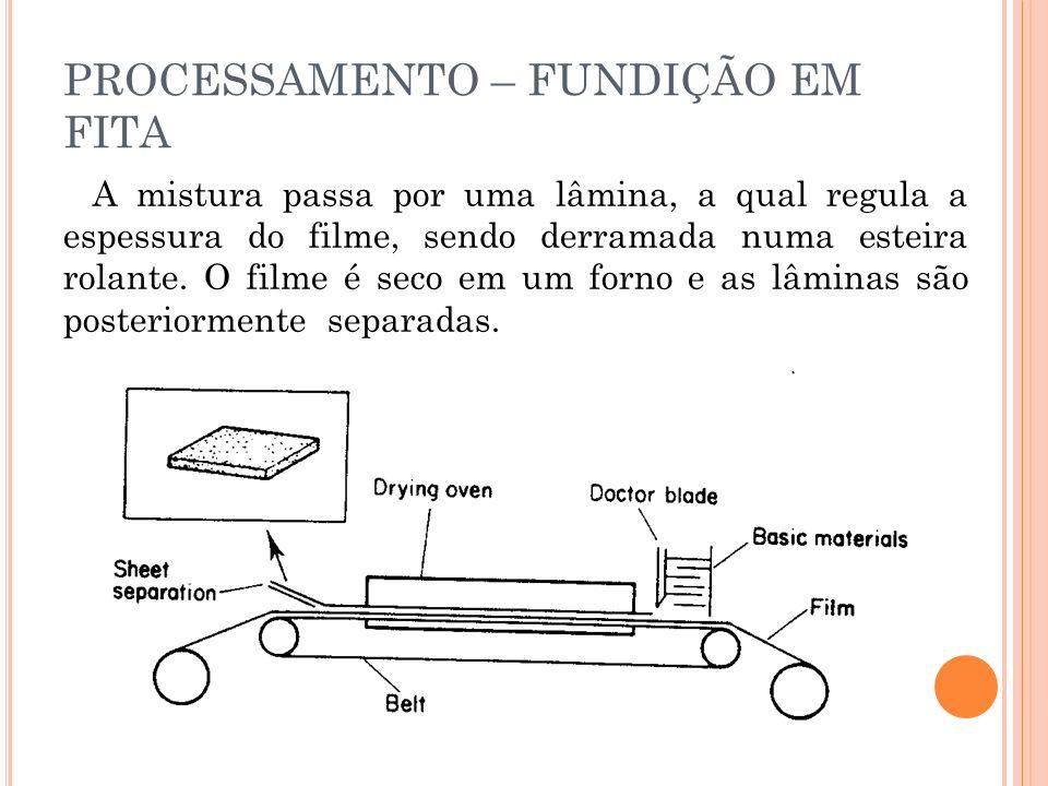 A mistura passa por uma lâmina, a qual regula a espessura do filme, sendo derramada numa esteira rolante.