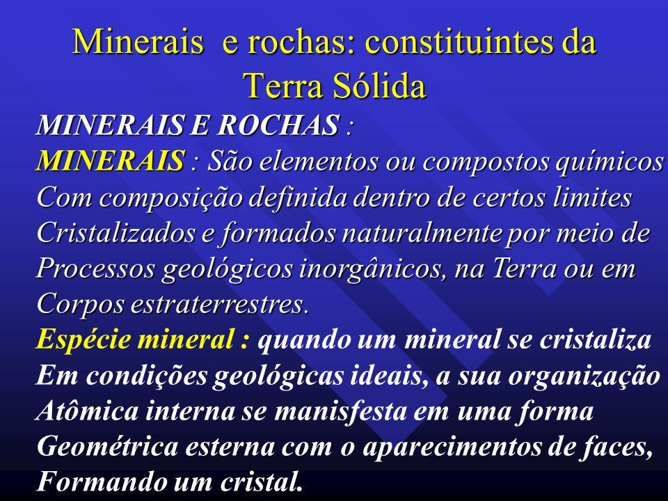 Minerais e rochas: constituintes da Terra Sólida MINERAIS E ROCHAS : MINERAIS : São elementos ou compostos químicos Com composição definida dentro de