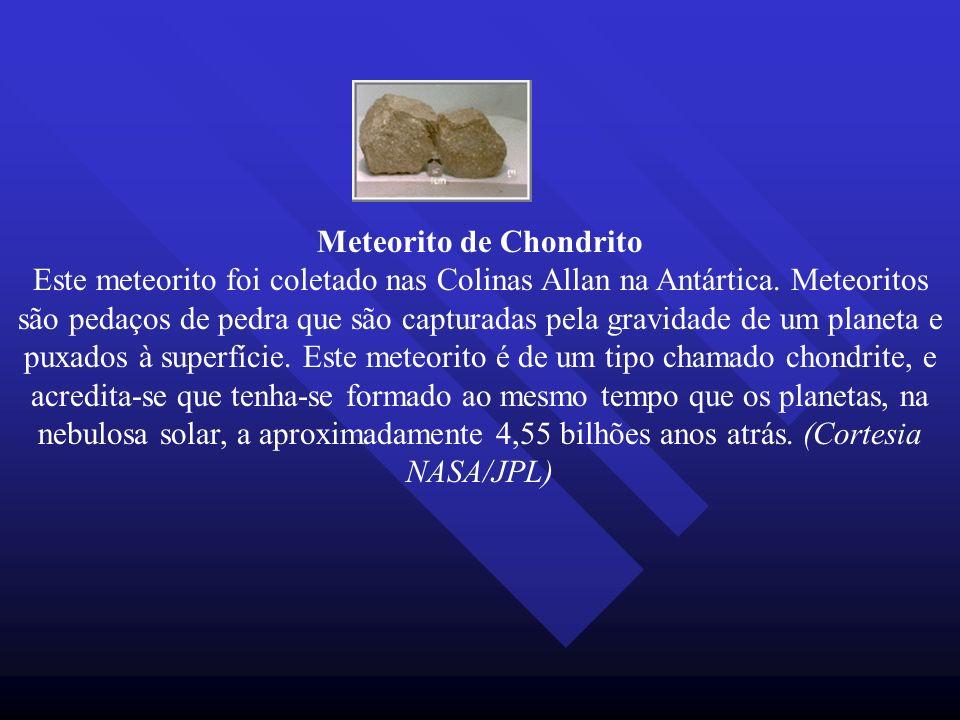Meteorito de Chondrito Este meteorito foi coletado nas Colinas Allan na Antártica. Meteoritos são pedaços de pedra que são capturadas pela gravidade d