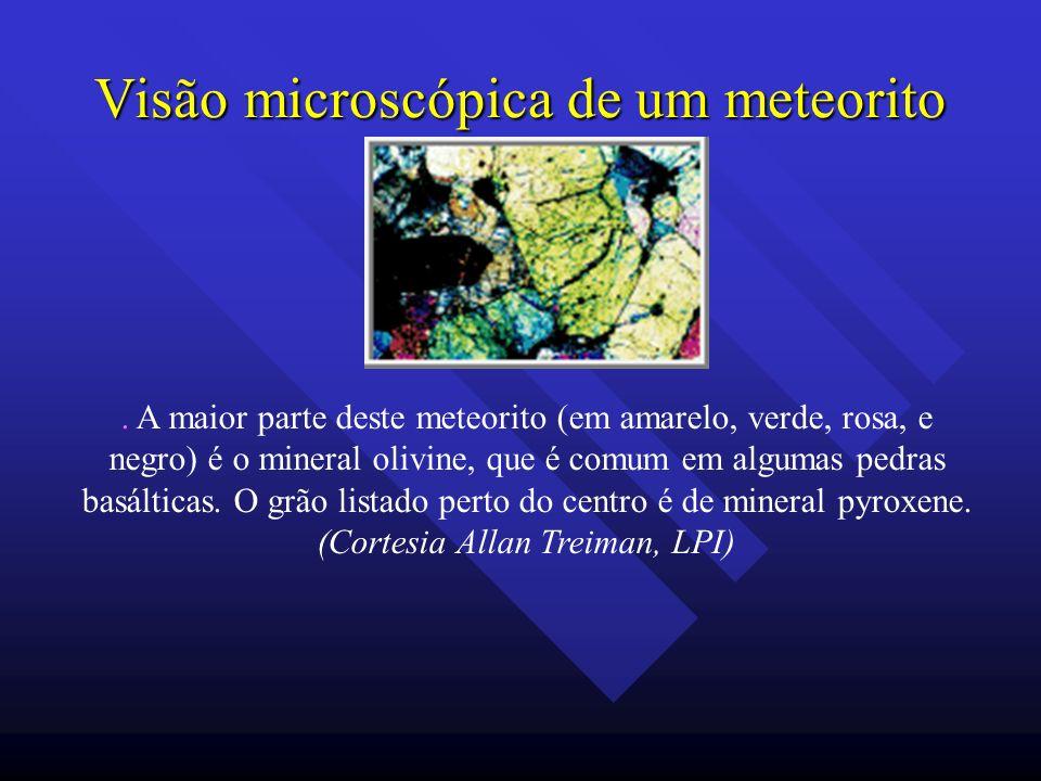 Visão microscópica de um meteorito. A maior parte deste meteorito (em amarelo, verde, rosa, e negro) é o mineral olivine, que é comum em algumas pedra