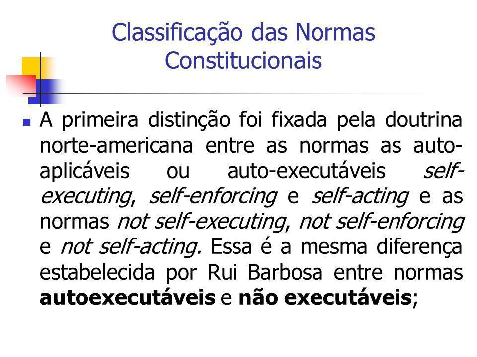 Classificação das Normas Constitucionais A primeira distinção foi fixada pela doutrina norte-americana entre as normas as auto- aplicáveis ou auto-exe