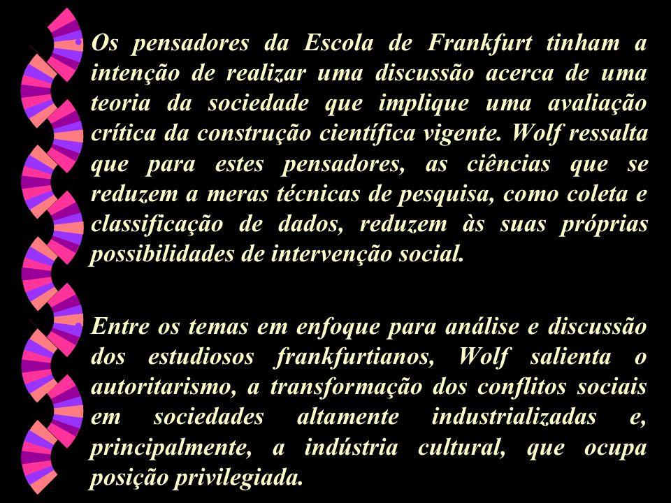 Os pensadores da Escola de Frankfurt tinham a intenção de realizar uma discussão acerca de uma teoria da sociedade que implique uma avaliação crítica