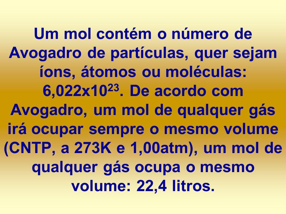 Um mol contém o número de Avogadro de partículas, quer sejam íons, átomos ou moléculas: 6,022x10 23. De acordo com Avogadro, um mol de qualquer gás ir