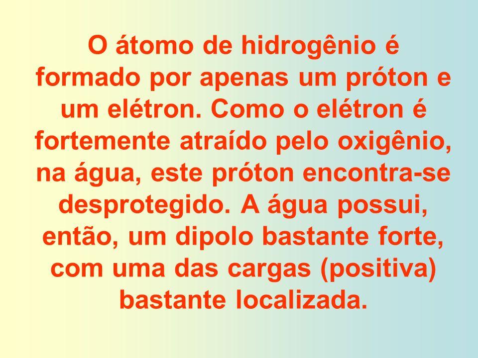 O átomo de hidrogênio é formado por apenas um próton e um elétron. Como o elétron é fortemente atraído pelo oxigênio, na água, este próton encontra-se