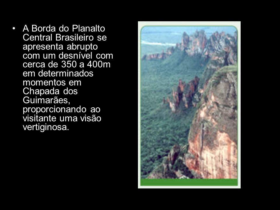 A Borda do Planalto Central Brasileiro se apresenta abrupto com um desnível com cerca de 350 a 400m em determinados momentos em Chapada dos Guimarães,