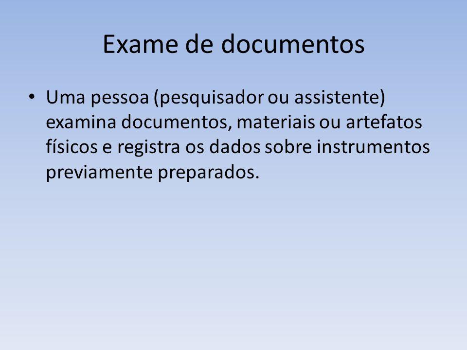 Exame de documentos Uma pessoa (pesquisador ou assistente) examina documentos, materiais ou artefatos físicos e registra os dados sobre instrumentos p