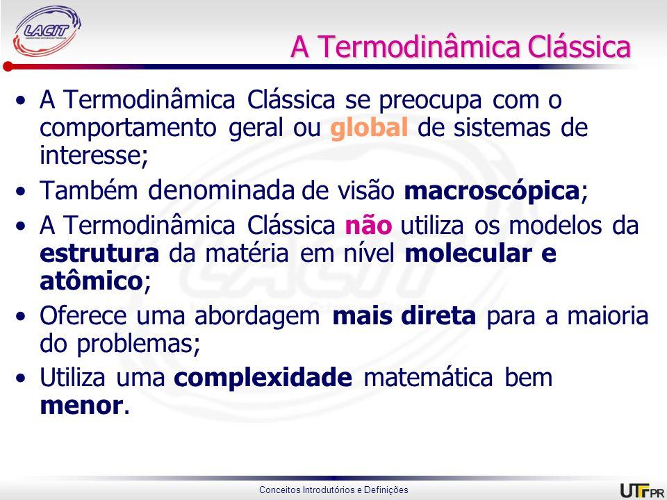Conceitos Introdutórios e Definições A Termodinâmica Estatística A Termodinâmica Estatística se preocupa diretamente com a estrutura da matéria; Esta é conhecida como uma abordagem microscópica; A Termodinâmica Estatística objetiva estudar o comportamento médio das partículas que compõem um sistema e relacionar isto com a abordagem macroscópica.