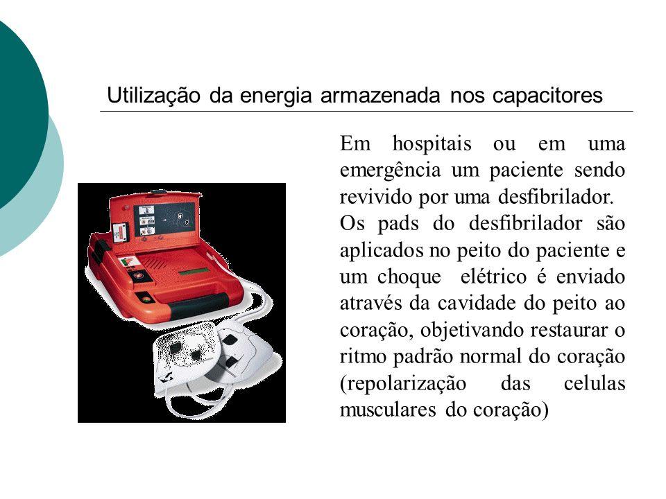 Em hospitais ou em uma emergência um paciente sendo revivido por uma desfibrilador. Os pads do desfibrilador são aplicados no peito do paciente e um c