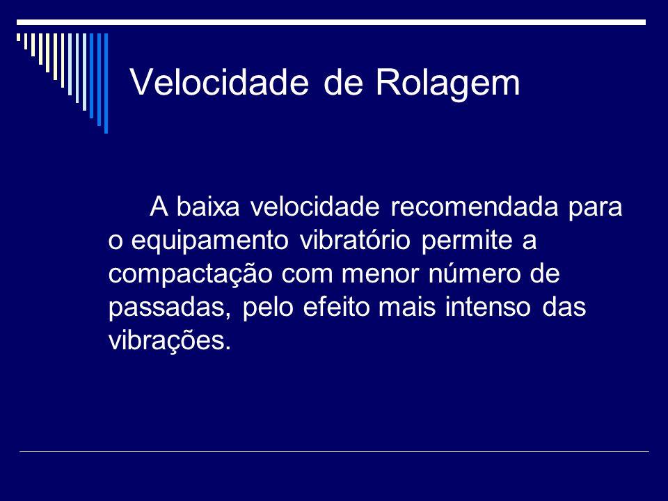 Velocidade de Rolagem A baixa velocidade recomendada para o equipamento vibratório permite a compactação com menor número de passadas, pelo efeito mai