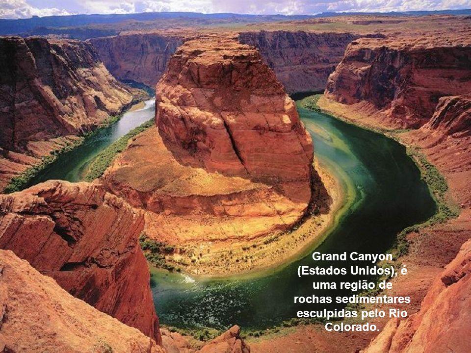 Grand Canyon (Estados Unidos), é uma região de rochas sedimentares esculpidas pelo Rio Colorado.