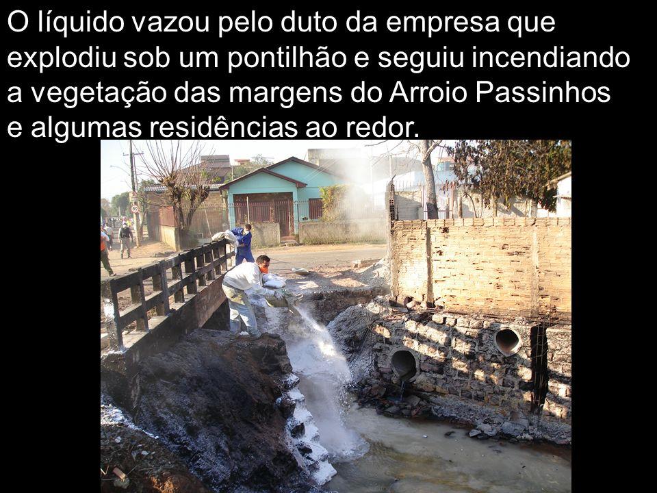O líquido vazou pelo duto da empresa que explodiu sob um pontilhão e seguiu incendiando a vegetação das margens do Arroio Passinhos e algumas residênc