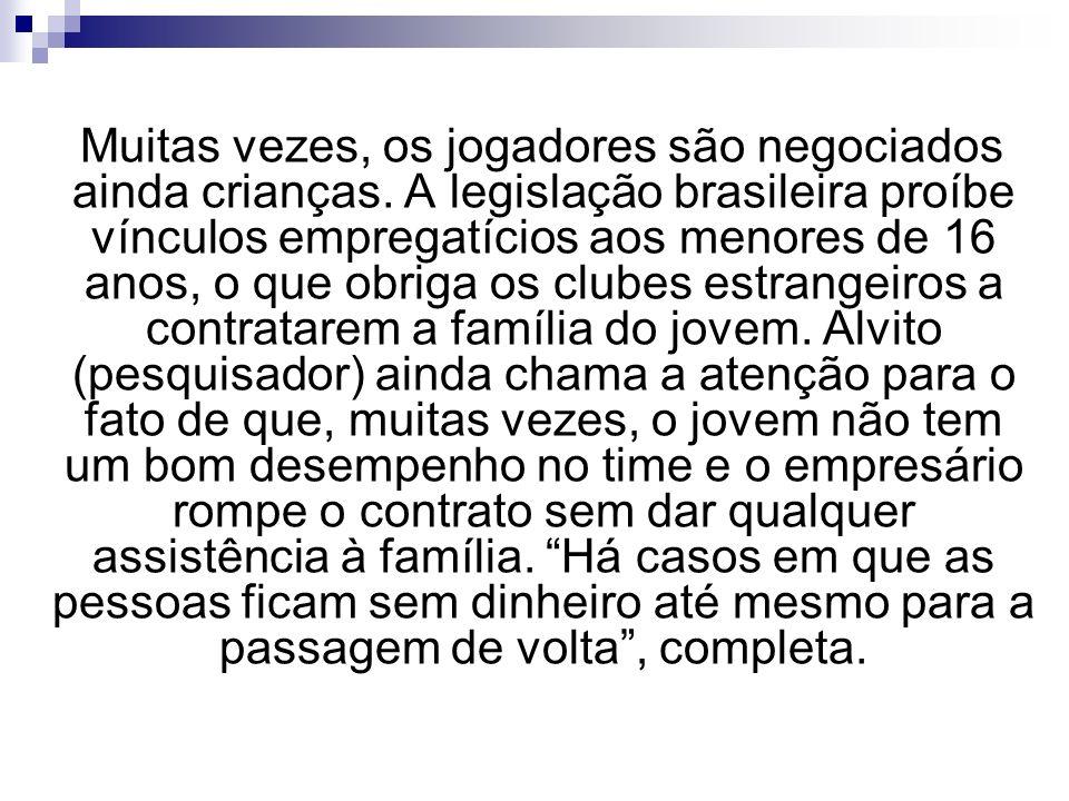 Muitas vezes, os jogadores são negociados ainda crianças. A legislação brasileira proíbe vínculos empregatícios aos menores de 16 anos, o que obriga o