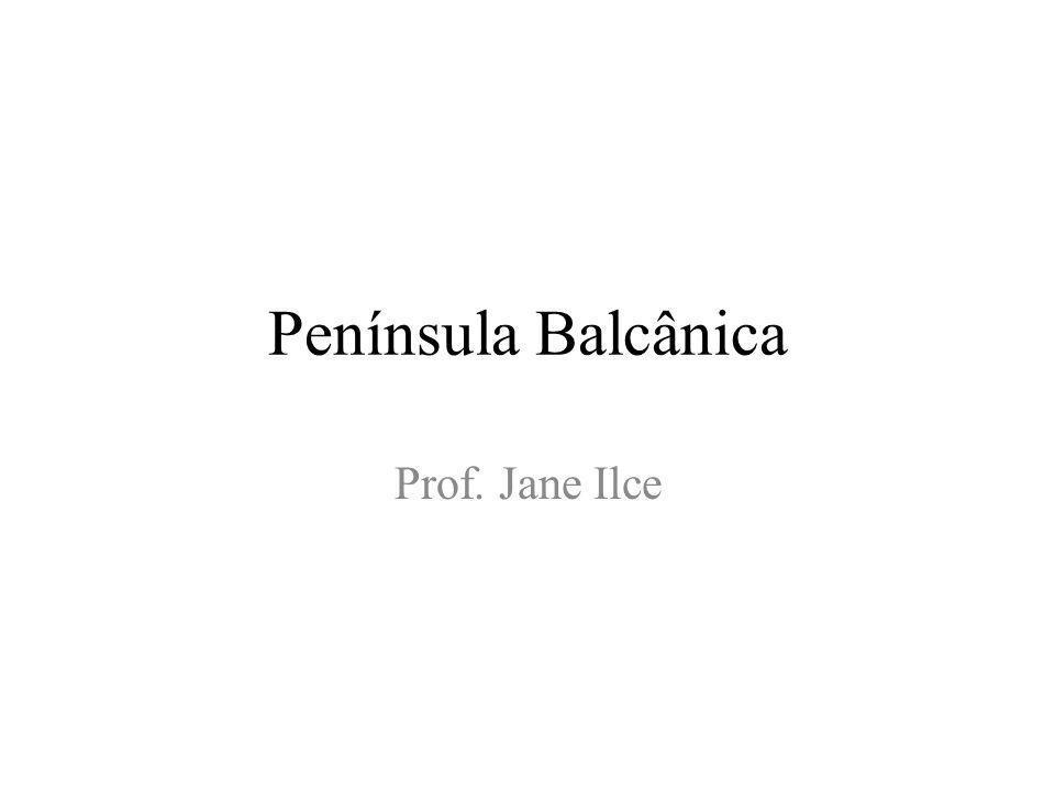 Península Balcânica A península Balcânica situa-se entre os Mares Adriático, Jônico, Egeu e Negro Albaneses e eslavos são os pioneiros da ocupação desta península.