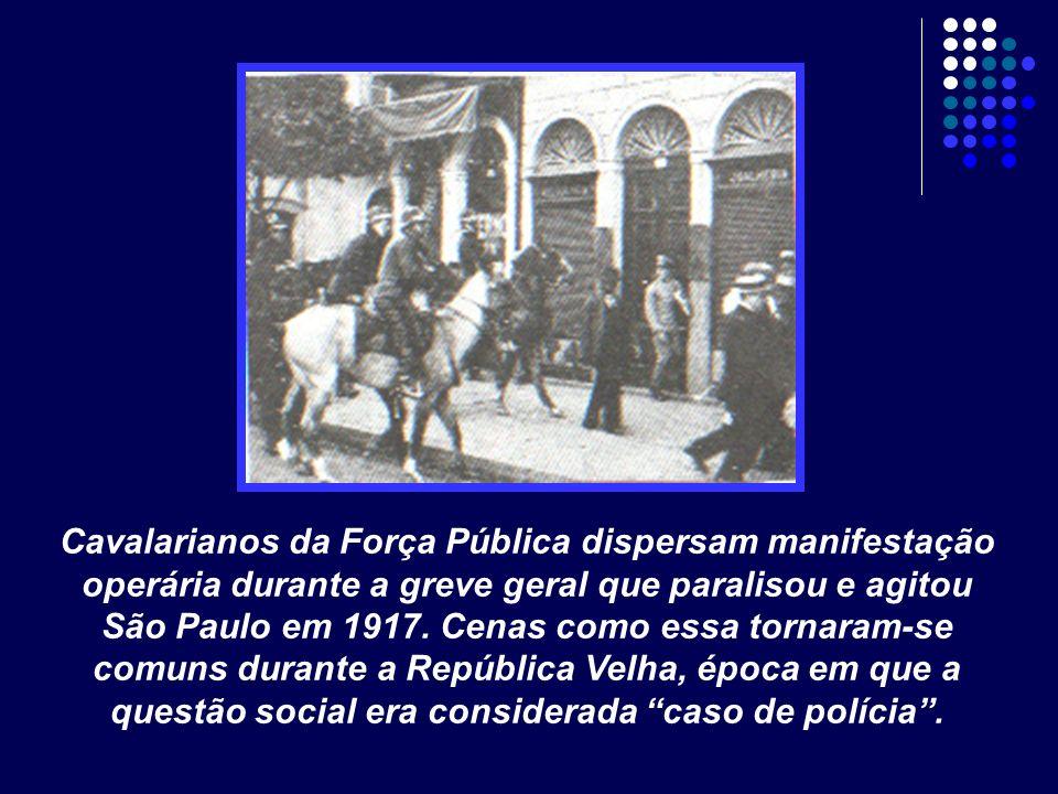 Cavalarianos da Força Pública dispersam manifestação operária durante a greve geral que paralisou e agitou São Paulo em 1917. Cenas como essa tornaram