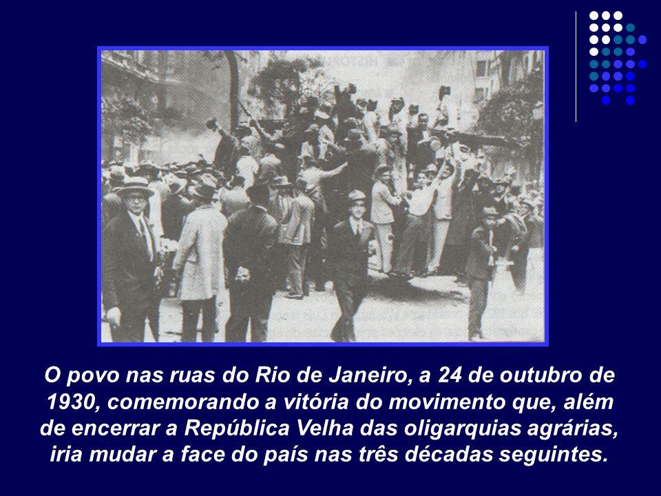 O povo nas ruas do Rio de Janeiro, a 24 de outubro de 1930, comemorando a vitória do movimento que, além de encerrar a República Velha das oligarquias