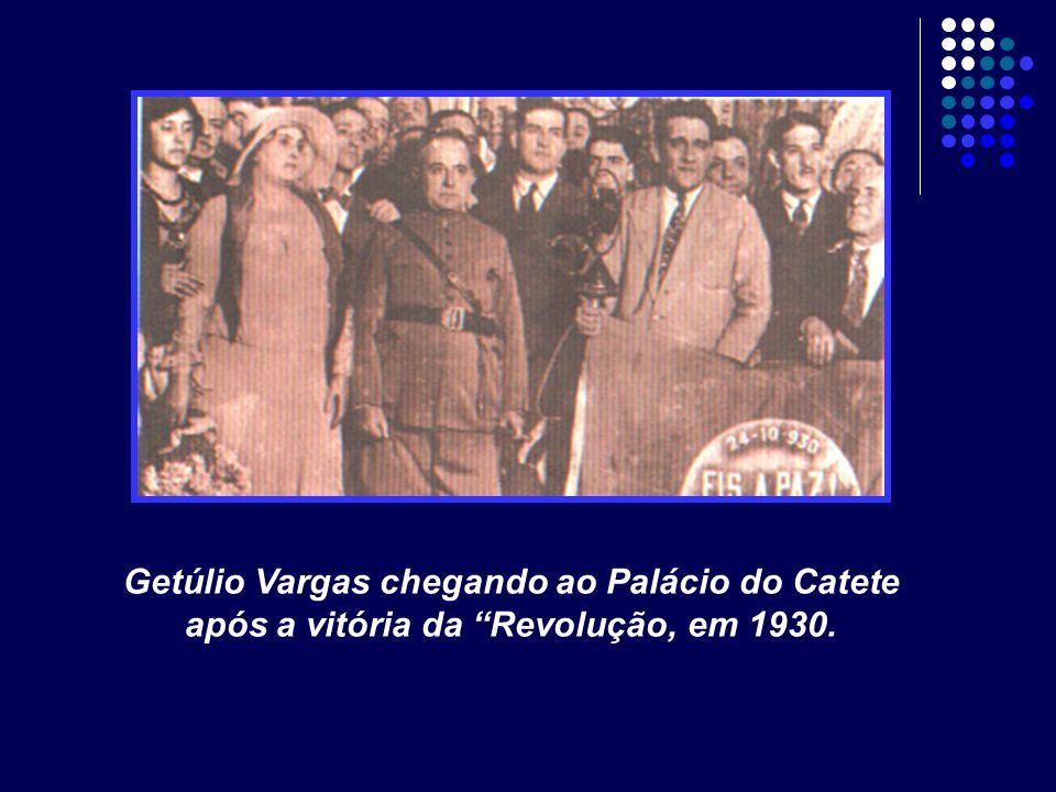Getúlio Vargas chegando ao Palácio do Catete após a vitória da Revolução, em 1930.