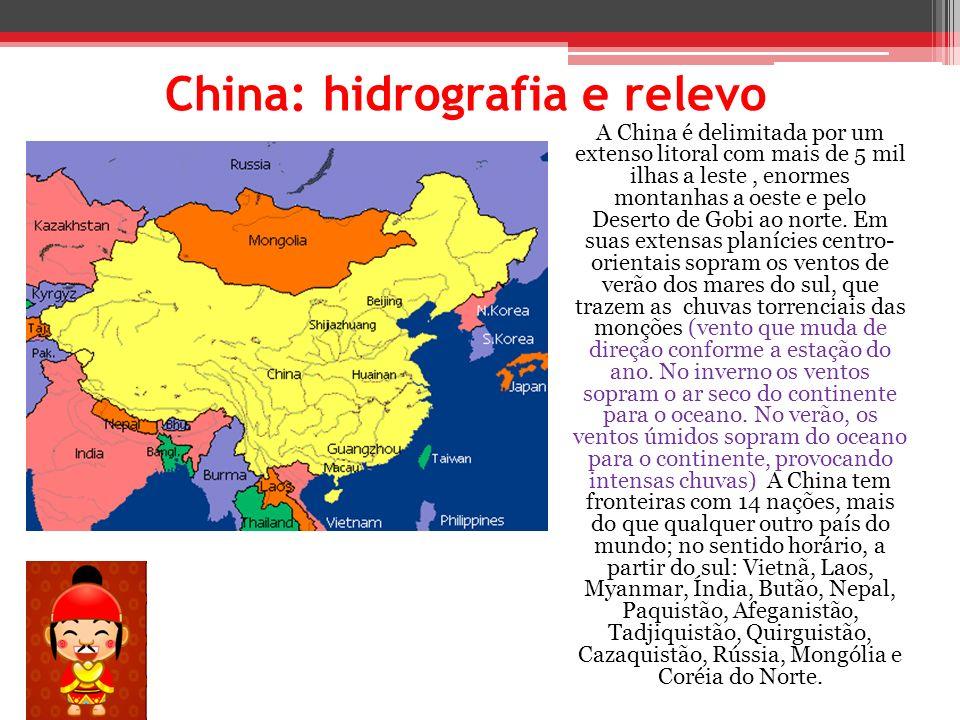 China: hidrografia e relevo A China é delimitada por um extenso litoral com mais de 5 mil ilhas a leste, enormes montanhas a oeste e pelo Deserto de G