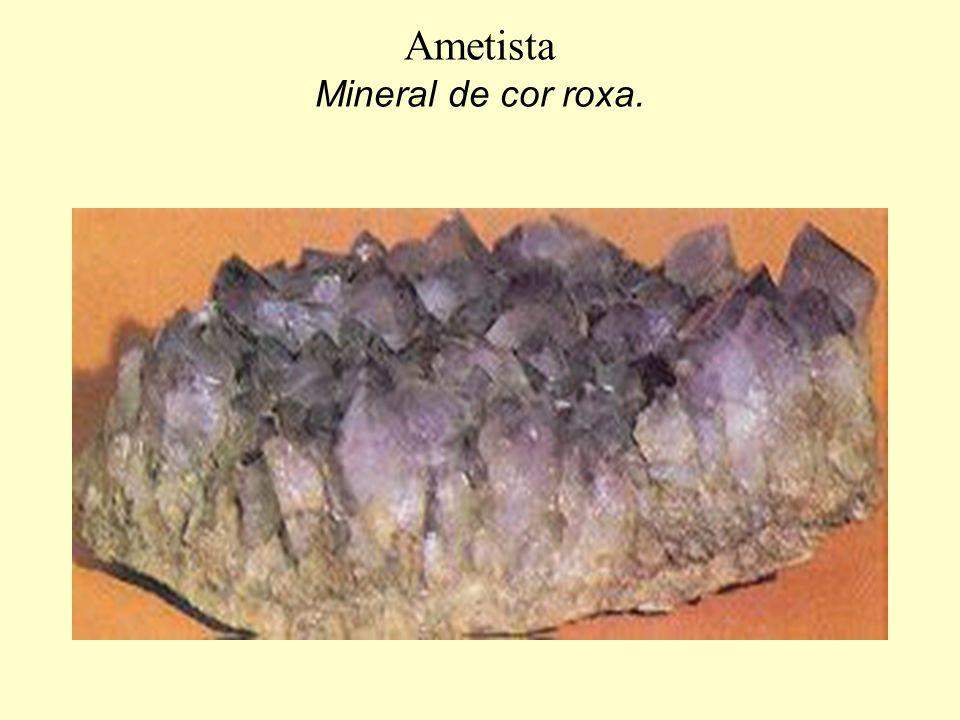 Ametista Mineral de cor roxa.