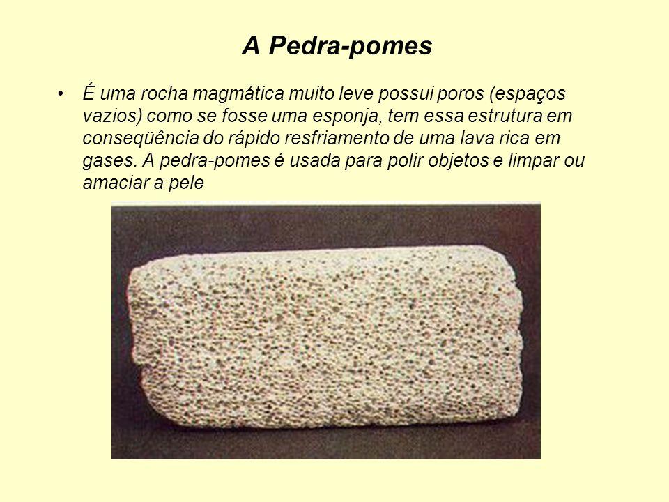 A Pedra-pomes É uma rocha magmática muito leve possui poros (espaços vazios) como se fosse uma esponja, tem essa estrutura em conseqüência do rápido r
