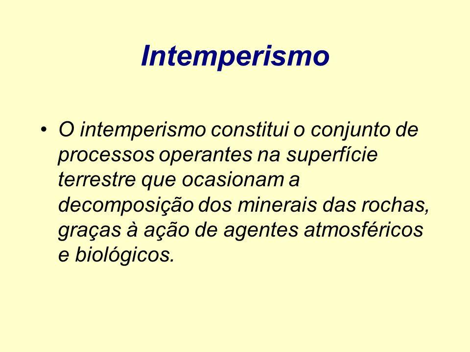 Intemperismo O intemperismo constitui o conjunto de processos operantes na superfície terrestre que ocasionam a decomposição dos minerais das rochas,